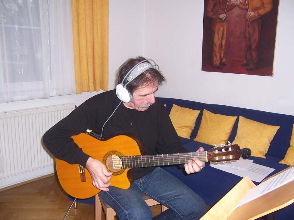 Gitarre-Begleitungen für irische- und barocke Stücke hat unser <b>Gitarrist Tonci</b> - hier bei einer Aufnahme in unserem Musikzimmer - für dich aufgenommen.