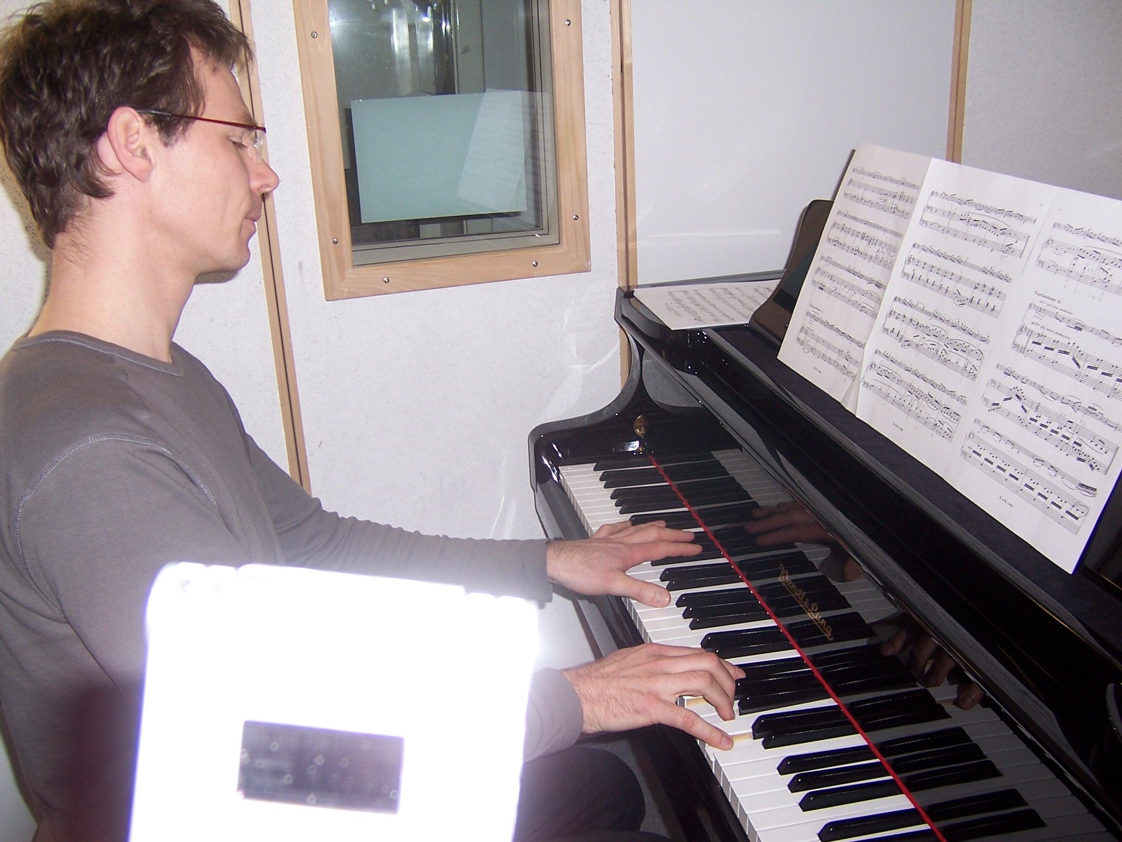 Viele Begleitungen hat unser <b>Konzertpianist Bernhard</b> - hier mit Aufnahmegerät im Vordergrund - eigens für unere ÜbeApp aufgenommen.<br><br><br>